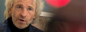 Thomas Gottschalk spricht am 11.05.2015 in Kulmbach (Bayern) mit Journalisten. Gottschalk hielt in seiner Heimatstadt die letzte Lesung aus seiner Biografie «Herbstblond». Foto: Nicolas Armer/dpa +++(c) dpa - Bildfunk+++
